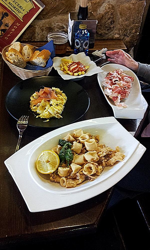 Calamares, Alpargata de jamón, Revuelto con salmón, Bravas