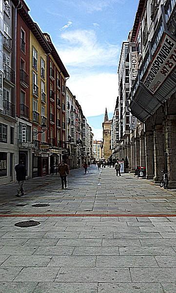 Calle de la Paloma con la catedral al fondo a la derecha