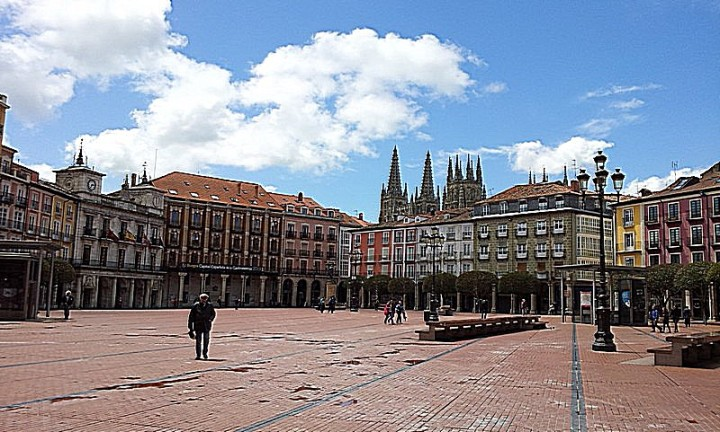 Panorámica de la Plaza con la silueta de la catedral al fondo