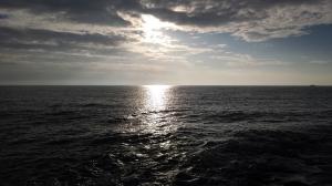 El sol incendia de luz el mar