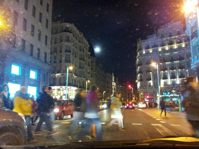 La Gran Vía de Madrid de noche. Se ve la Luna