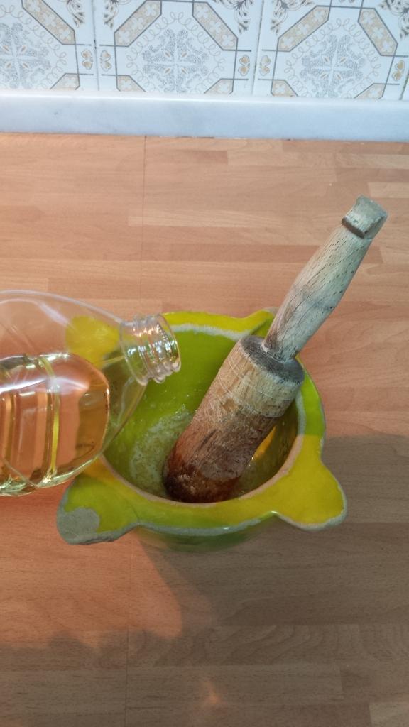 Añadir al principio unas gotas de aceite e ir aumentando luego las cantidades conforme se va espesando