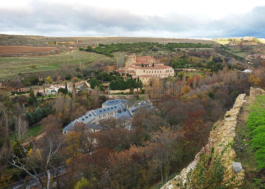 Segovia - Monasterio del Parral (al otro lado del rio) y Casa de la Moneda