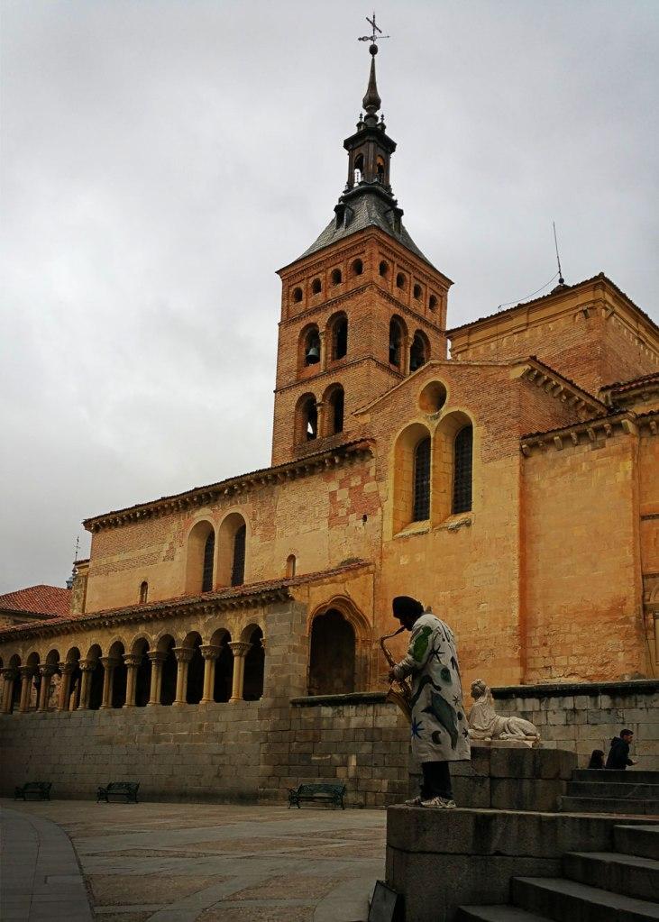 Segovia - Románico (San Martín) y músico callejero