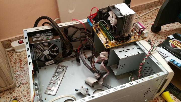 El PC desmontado con la 'nueva' placa base encima, lista para ser integrada