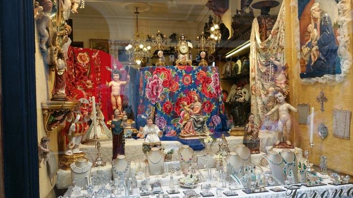 Sevilla.- Mantones y cerámica