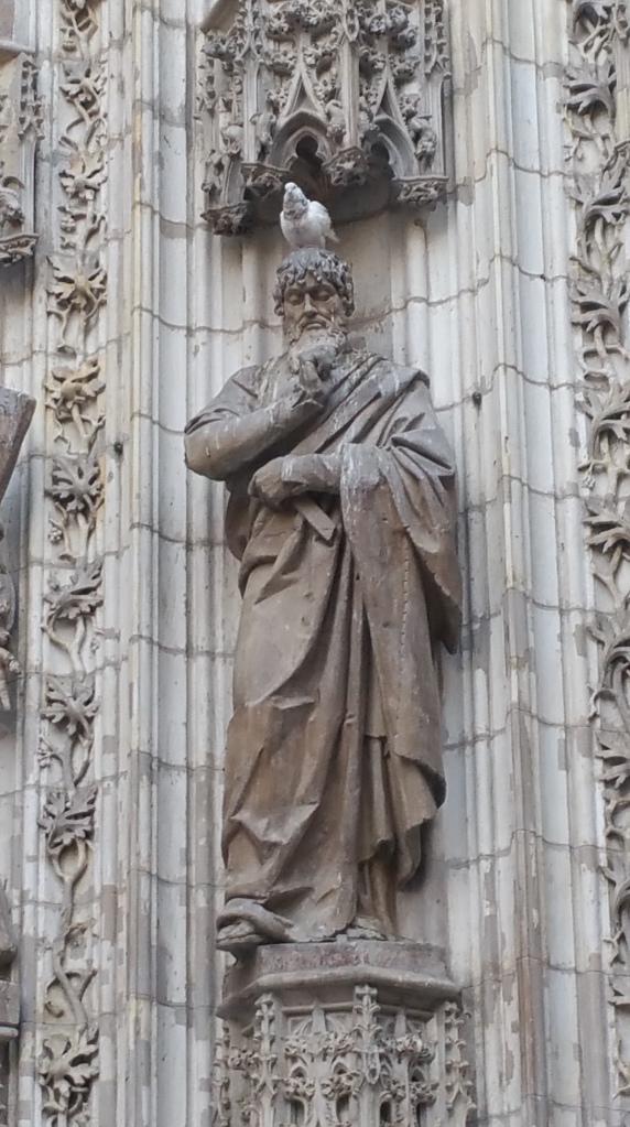 Escultura en la entrada Oeste de la Catedral