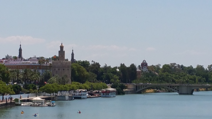 Sevilla.- La Torre del Oro sobre el Guadalquivir