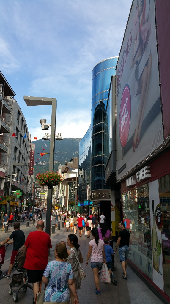 Andorra la Vella. Animada zona Este de la Avenida Meritxell