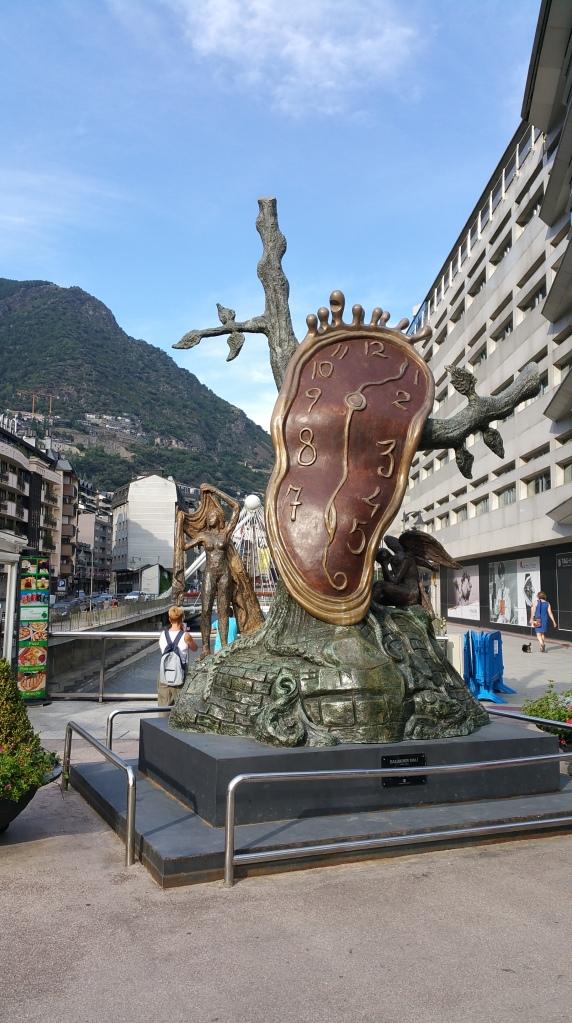 Andorra la Vella. Reloj daliniano sobre el puente del Rio Valira