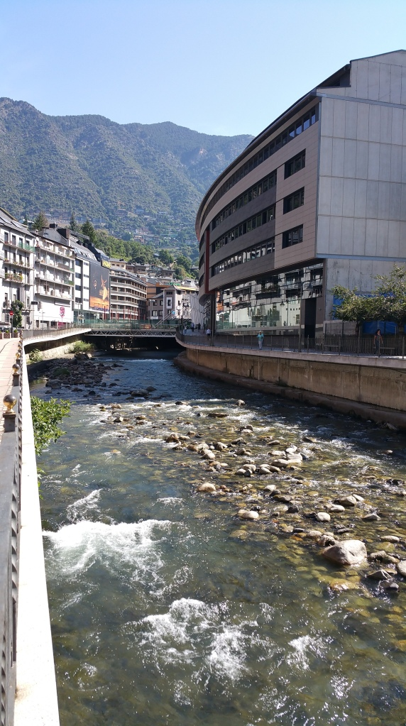 Andorra la Vella. Rio Valira bajando rápido de la montaña