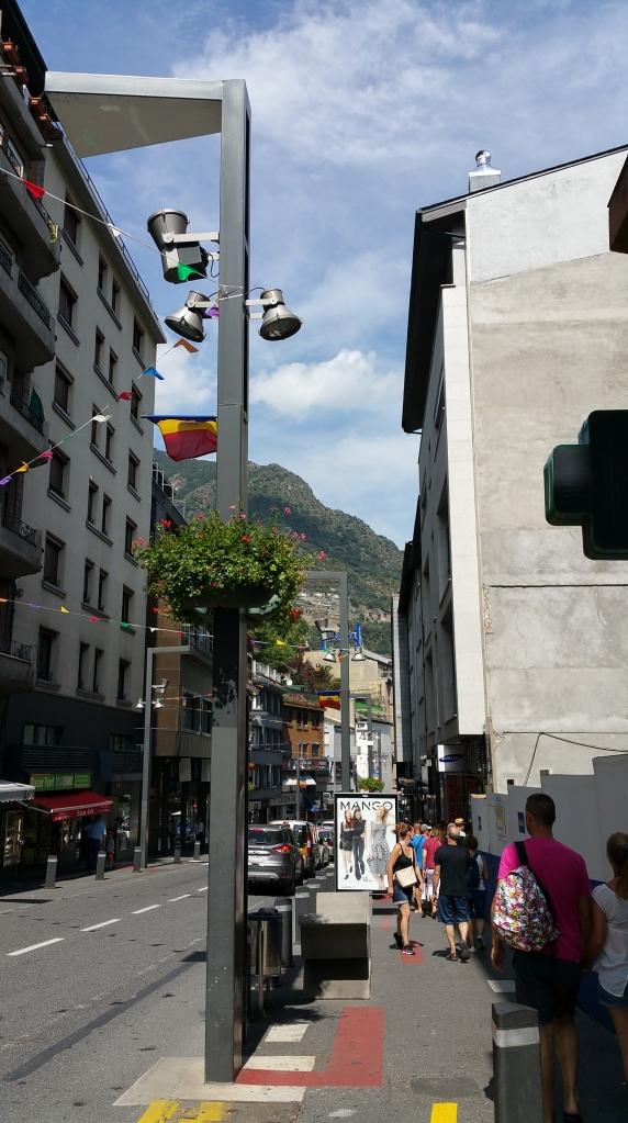 Andorra la Vella. Viandantes en Avenida Meritxell
