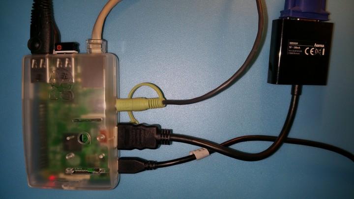 Raspberry Pi, en su caja, conectada y en funcionamiento