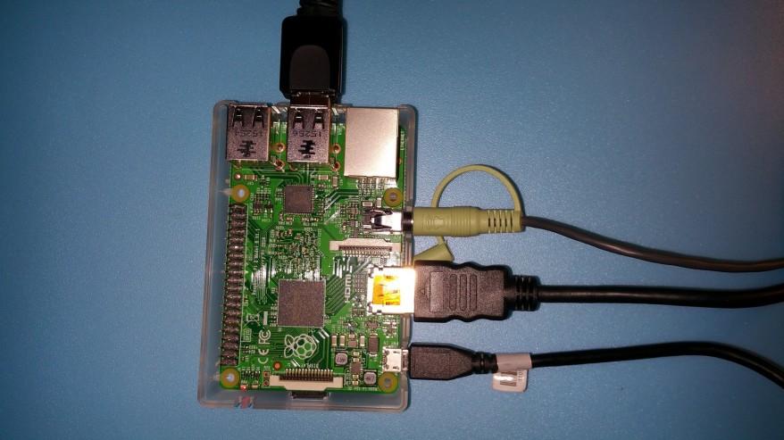 Raspberry Pi conectada a alimentación, salida de video y audio, ratón y teclado USB y WiFi