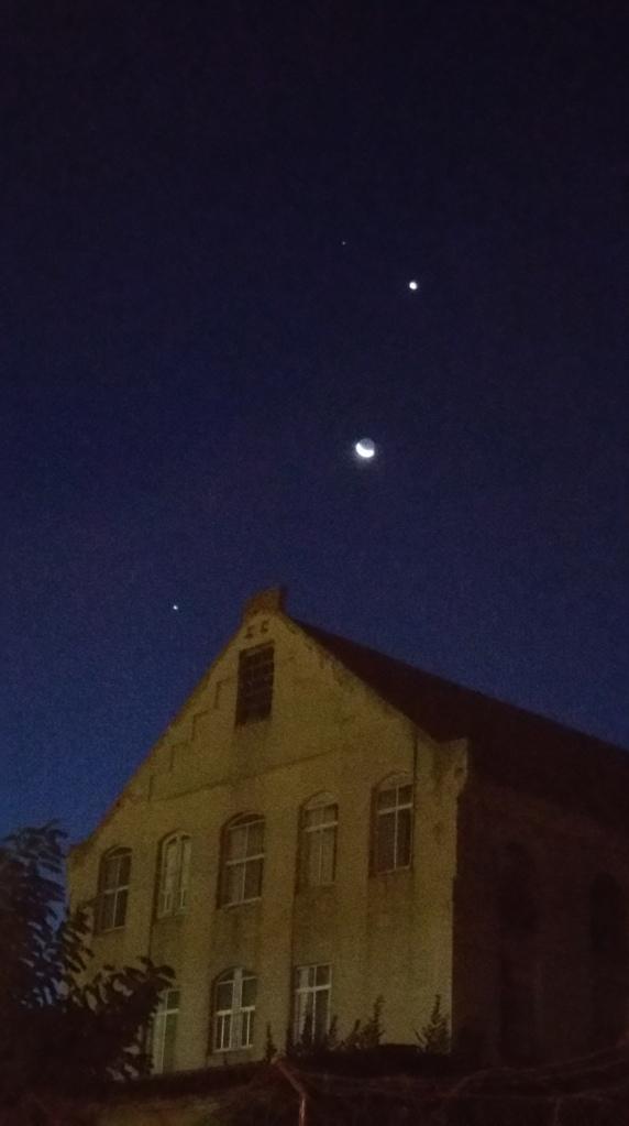 La Luna menguante entre Venus (en lo alto) y Júpiter (hacia la izquierda) la primera quincena de octubre de 2015